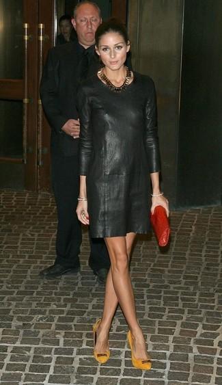 Look de Olivia Palermo: Vestido Recto de Cuero Negro, Zapatos de Tacón de Ante Mostaza, Cartera Sobre de Cuero Roja, Collar Dorado
