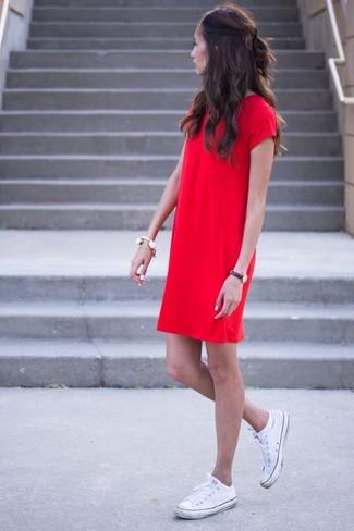 Cómo combinar: vestido recto rojo, tenis de lona blancos, pulsera blanca