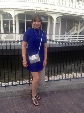 Cómo combinar: vestido recto azul, sandalias romanas de cuero negras, bolso bandolera de cuero plateado, collar dorado