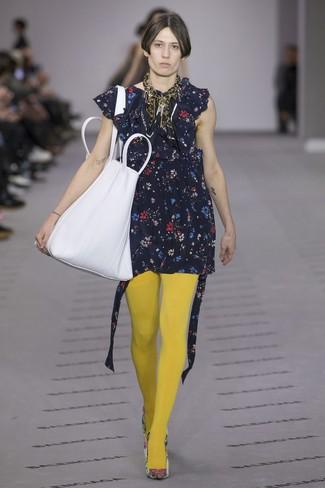 Considera emparejar un vestido recto con print de flores azul marino con una bolsa tote de cuero blanca para conseguir una apariencia glamurosa y elegante. Este atuendo se complementa perfectamente con zapatos de tacón de cuero con print de flores blancos.
