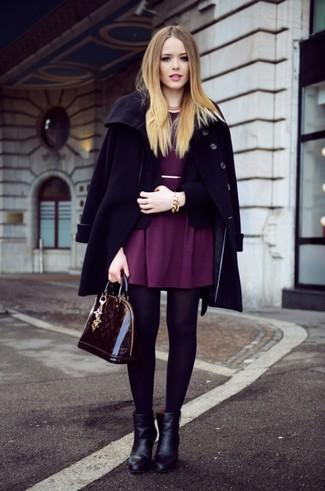 Cómo combinar: botines de cuero negros, vestido skater morado, blazer negro, abrigo negro