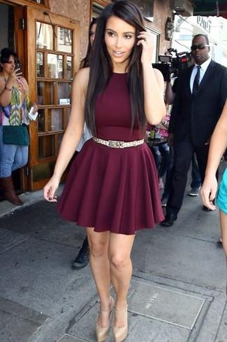 Look de Kim Kardashian: Vestido Skater Burdeos, Zapatos de Tacón de Cuero Dorados, Correa Dorada