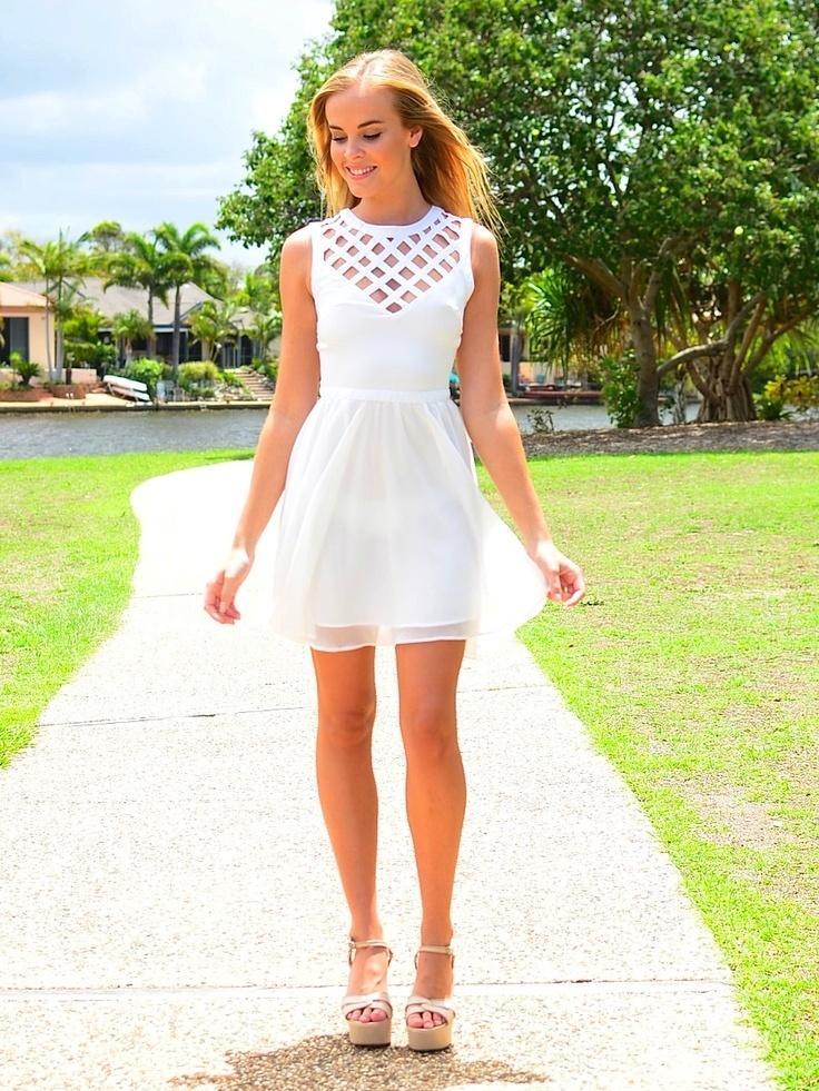 996d8e1cff Cómo combinar un vestido skater con recorte blanco (4 looks de moda ...