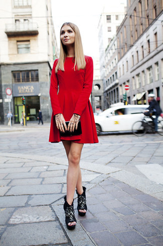Cómo combinar: vestido skater de terciopelo rojo, botines de ante gruesos negros, cartera sobre de cuero negra