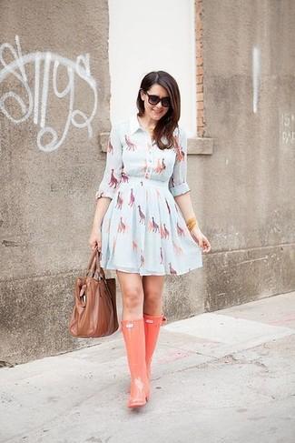 Look de moda: Vestido Skater Estampado Celeste, Botas de Lluvia Naranjas, Bolsa Tote de Cuero Marrón