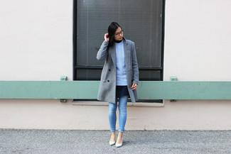 Cómo combinar: vaqueros pitillo celestes, vestido skater azul marino, jersey de ochos celeste, abrigo gris