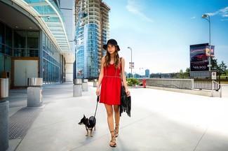 Cómo combinar: vestido skater rojo, sandalias romanas de cuero negras, bolso bandolera de cuero сon flecos negro, sombrero negro
