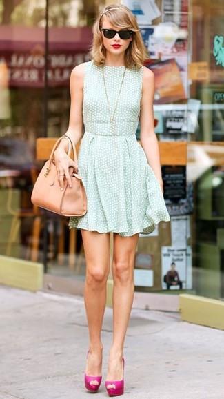 Look de Taylor Swift: Vestido Skater en Verde Menta, Zapatos de Tacón de Cuero Rosa, Bolsa Tote de Cuero Marrón Claro, Gafas de Sol Negras