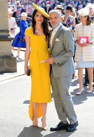 Cómo combinar: vestido tubo amarillo, zapatos de tacón de cuero dorados, cartera sobre plateada, sombrero con adornos amarillo