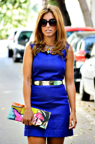 Cómo combinar: vestido tubo azul, cartera sobre de cuero estampada en multicolor, correa dorada, gafas de sol negras