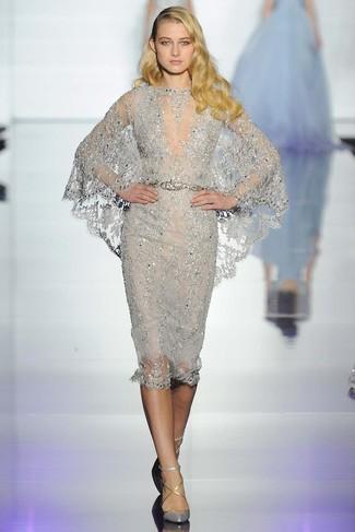 Si buscas un look en tendencia pero clásico, opta por un vestido tubo de encaje plateado y una correa plateada de Givenchy. Este atuendo se complementa perfectamente con zapatos de tacón de cuero plateados.