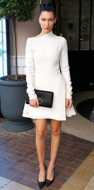 Cómo combinar: vestido tubo de lana blanco, zapatos de tacón de encaje negros, cartera sobre de cuero negra