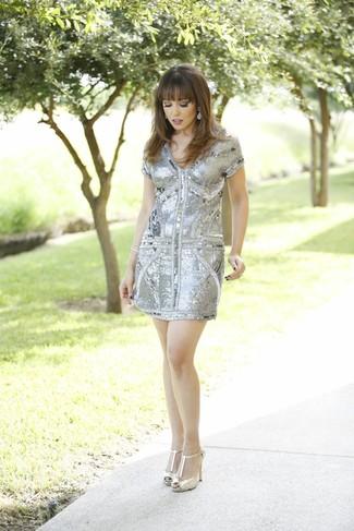 Cómo combinar: vestido tubo de lentejuelas gris, zapatos de tacón de cuero dorados, pendientes plateados