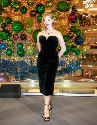 Considera emparejar un vestido tubo de terciopelo negro junto a un collar plateado para un lindo look para el trabajo. Este atuendo se complementa perfectamente con sandalias de tacón de satén negras.