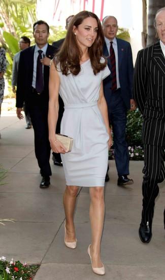 Vestido tubo gris zapatos de tacon de cuero en beige cartera sobre con adornos en beige large 10222