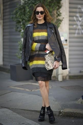 Cómo combinar: zapatos de tacón de cuero negros, vestido tubo de encaje negro, jersey con cuello circular de mohair de rayas horizontales en multicolor, chaqueta motera de cuero negra