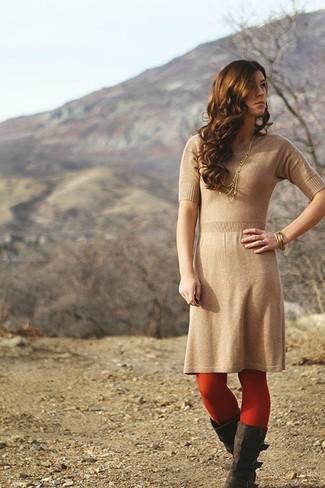 Cómo combinar: vestido tubo de punto marrón claro, botas de caña alta de ante en marrón oscuro, pulsera dorada, medias rojas