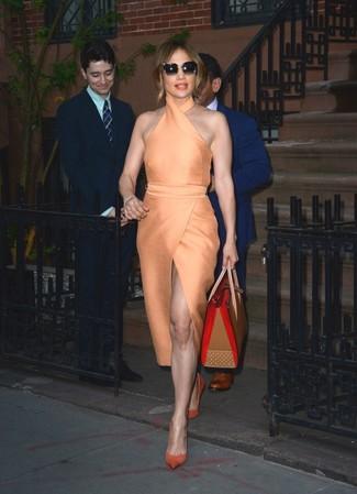 Look de Jennifer Lopez: Vestido Tubo Naranja, Zapatos de Tacón de Ante Naranjas, Bolsa Tote de Cuero Marrón Claro