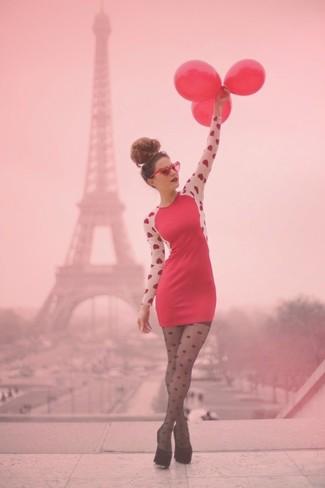 Para seguir las tendencias usa un vestido tubo estampado rojo. Zapatos de tacón de ante negros son una sencilla forma de complementar tu atuendo.