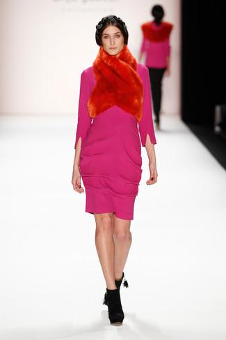 Cómo combinar: vestido tubo rosa, botines de ante negros, bufanda de pelo roja
