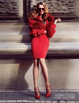 Cómo combinar: vestido tubo rojo, zapatos de tacón de ante rojos, bufanda de pelo roja, gafas de sol rojas