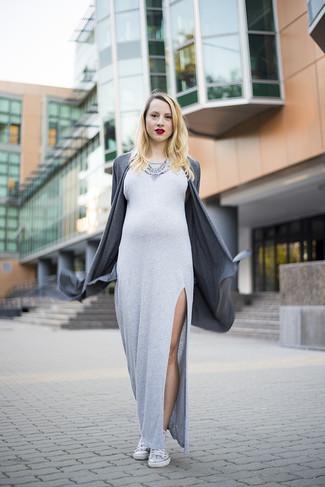 Cómo combinar: collar con adornos plateado, zapatillas altas blancas, vestido largo con recorte gris, cárdigan abierto en gris oscuro