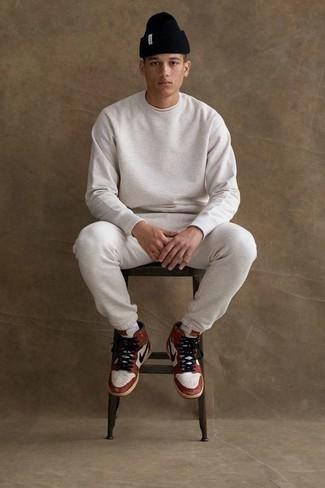 Combinar un chándal: Opta por un chándal y una camiseta con cuello circular blanca para un look agradable de fin de semana. Zapatillas altas de cuero en blanco y rojo son una opción excelente para completar este atuendo.