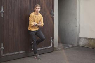 Cómo combinar: zapatillas altas de ante grises, pantalón chino en gris oscuro, jersey con cuello circular mostaza