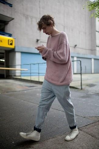 Cómo combinar: zapatillas altas de cuero blancas, pantalón de chándal gris, jersey con cuello circular rosado