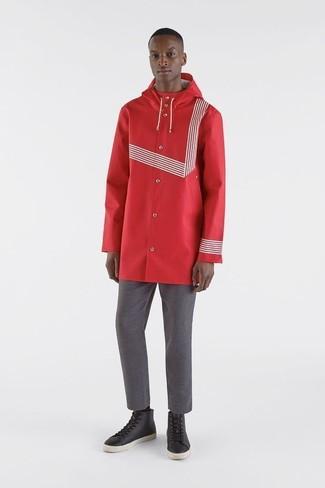 Cómo combinar: zapatillas altas de cuero negras, pantalón chino gris, chubasquero rojo