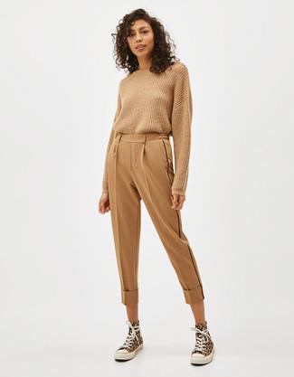 Cómo combinar: zapatillas altas de lona amarillas, pantalón de pinzas marrón claro, jersey con cuello circular marrón claro