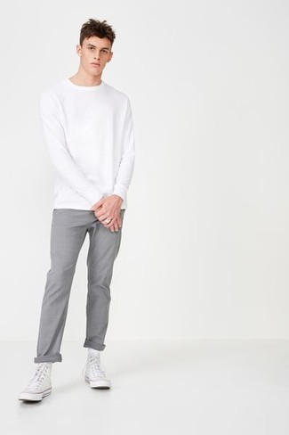 Cómo combinar: zapatillas altas de lona blancas, pantalón chino gris, sudadera blanca