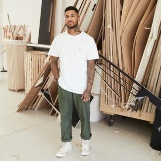 Cómo combinar: zapatillas altas de lona blancas, pantalón chino verde oliva, camiseta con cuello circular blanca