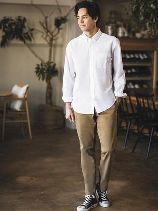 Cómo combinar: zapatillas altas de lona en negro y blanco, pantalón chino marrón claro, camisa de manga larga blanca