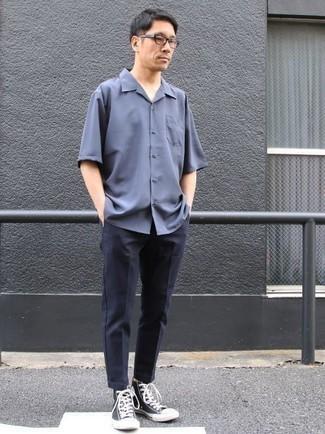Combinar una camisa de manga corta azul: Equípate una camisa de manga corta azul con un pantalón chino azul marino para un look diario sin parecer demasiado arreglada. ¿Quieres elegir un zapato informal? Elige un par de zapatillas altas de lona en azul marino y blanco para el día.