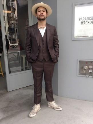 Combinar una camiseta henley: Usa una camiseta henley y un traje de tres piezas en marrón oscuro para lograr un look de vestir pero no muy formal. Zapatillas altas de lona en beige darán un toque desenfadado al conjunto.