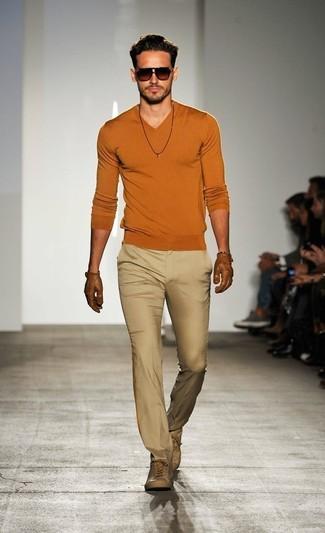 Cómo combinar: gafas de sol en marrón oscuro, zapatillas altas de cuero en beige, pantalón de vestir en beige, jersey de pico naranja