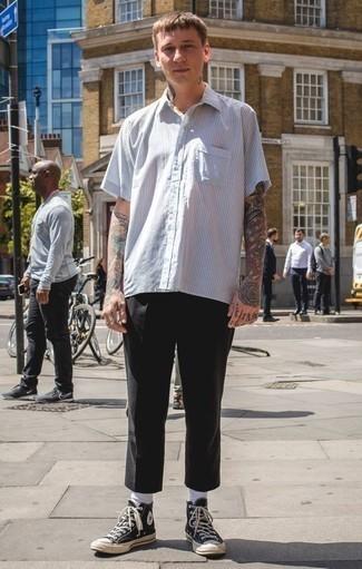 Combinar una camisa de manga corta de rayas verticales blanca: Para un atuendo que esté lleno de caracter y personalidad ponte una camisa de manga corta de rayas verticales blanca y un pantalón chino negro. Zapatillas altas de lona en negro y blanco añaden un toque de personalidad al look.