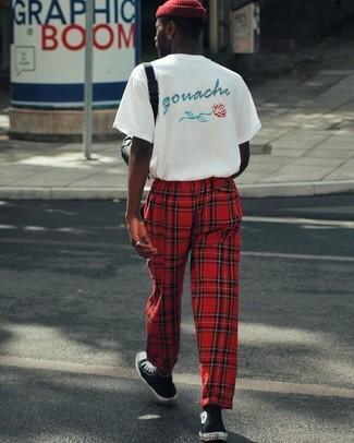 Cómo combinar: gorro rojo, zapatillas altas en negro y blanco, pantalón de chándal de tartán rojo, camiseta con cuello circular estampada blanca