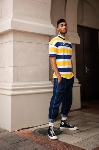 Cómo combinar: calcetines blancos, zapatillas altas de lona en negro y blanco, vaqueros azul marino, camiseta con cuello circular de rayas horizontales amarilla