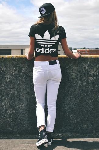 Cómo combinar: gorra inglesa estampada en negro y blanco, zapatillas altas en negro y blanco, vaqueros pitillo blancos, camiseta con cuello circular estampada en negro y blanco