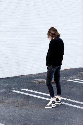 Cómo combinar: zapatillas altas en negro y blanco, vaqueros pitillo en gris oscuro, jersey oversized negro