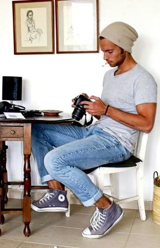 Cómo combinar: gorro en beige, zapatillas altas en violeta, vaqueros celestes, camiseta con cuello circular gris