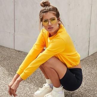 Combinar unas gafas de sol amarillas: Casa una sudadera amarilla junto a unas gafas de sol amarillas transmitirán una vibra libre y relajada. Zapatillas altas de cuero blancas son una opción incomparable para completar este atuendo.