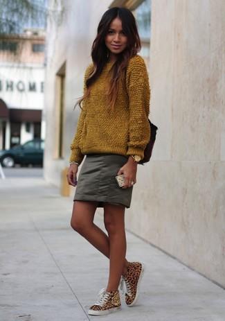 Cómo combinar: reloj dorado, zapatillas altas de leopardo marrón claro, minifalda verde oliva, jersey con cuello circular de angora marrón
