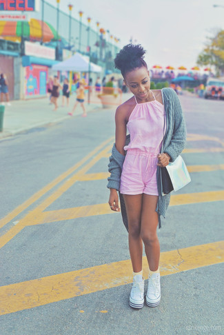 Cómo combinar: bolso bandolera de cuero plateado, zapatillas altas de lona blancas, mono corto rosado, cárdigan abierto de punto gris