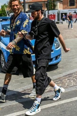 Moda para hombres de 30 años: Considera emparejar una camiseta con cuello circular negra junto a un pantalón cargo negro transmitirán una vibra libre y relajada. Zapatillas altas de lona en blanco y azul son una opción inigualable para completar este atuendo.