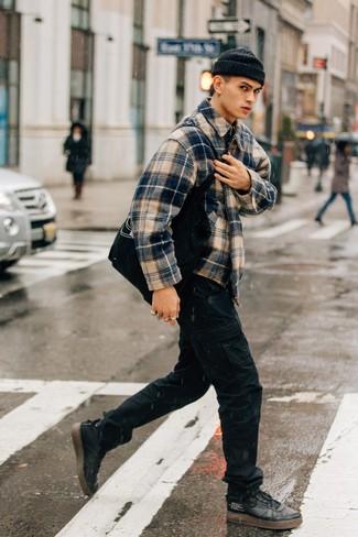 Combinar unas zapatillas altas de cuero negras: Ponte una chaqueta estilo camisa de tartán azul marino y un pantalón cargo negro para un almuerzo en domingo con amigos. Zapatillas altas de cuero negras añadirán interés a un estilo clásico.