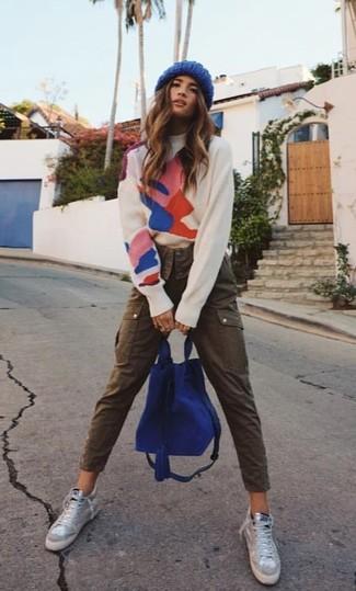 Cómo combinar: mochila de ante azul, zapatillas altas grises, pantalón cargo marrón, jersey de cuello alto estampado blanco