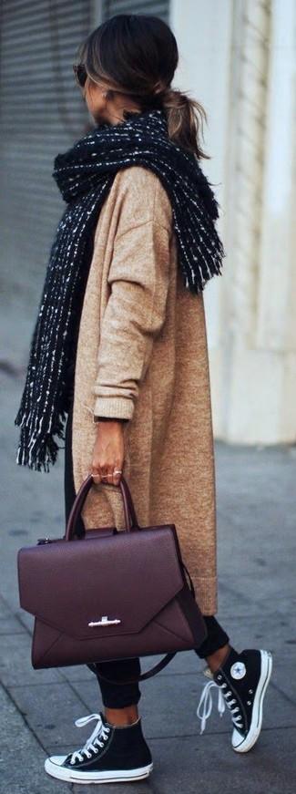 Cómo combinar: bolso de hombre de cuero burdeos, zapatillas altas de lona en negro y blanco, pantalón chino negro, abrigo de punto marrón claro